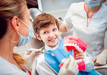 Faites de leur première visite chez le dentiste un succès